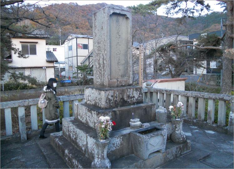 武田信玄の火葬塚(魔縁塚)と、河尻塚