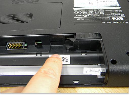 SIMカード挿入口 バッテリー装着部にあるSIMカード挿入口。日本ではSIMロックがかかって..